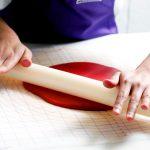 طريقة تغطية الكيك بعجينة السكر: فرد عجينة السكر