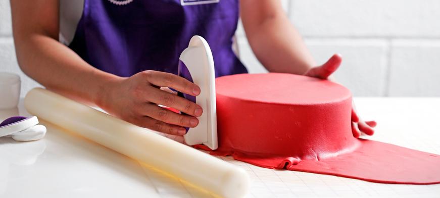 طريقة تغطية الكيك بعجينة السكر: تمليس عجينة السكر على الكيك