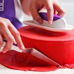 طريقة تغطية الكيك بعجينة السكر: تقطيع زوائد عجينة السكر