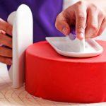طريقة تغطية الكيك بعجينة السكر: تمليس عجينة السكر على جاونب الكيك