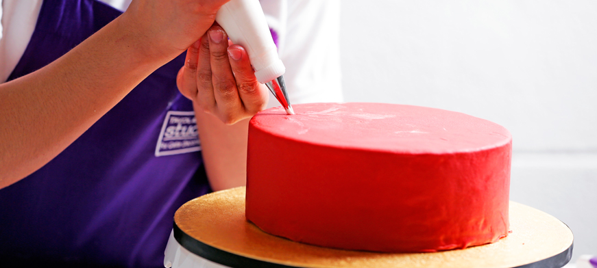 طريقة تغطية الكيك بعجينة السكر