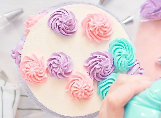 تزيين الكيك بالورد من الكريمة